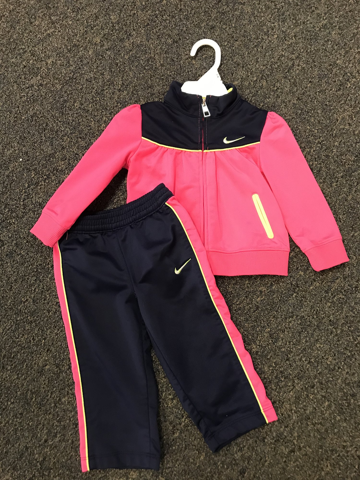 NIKE, 2pc Sweatsuit in excellent condition