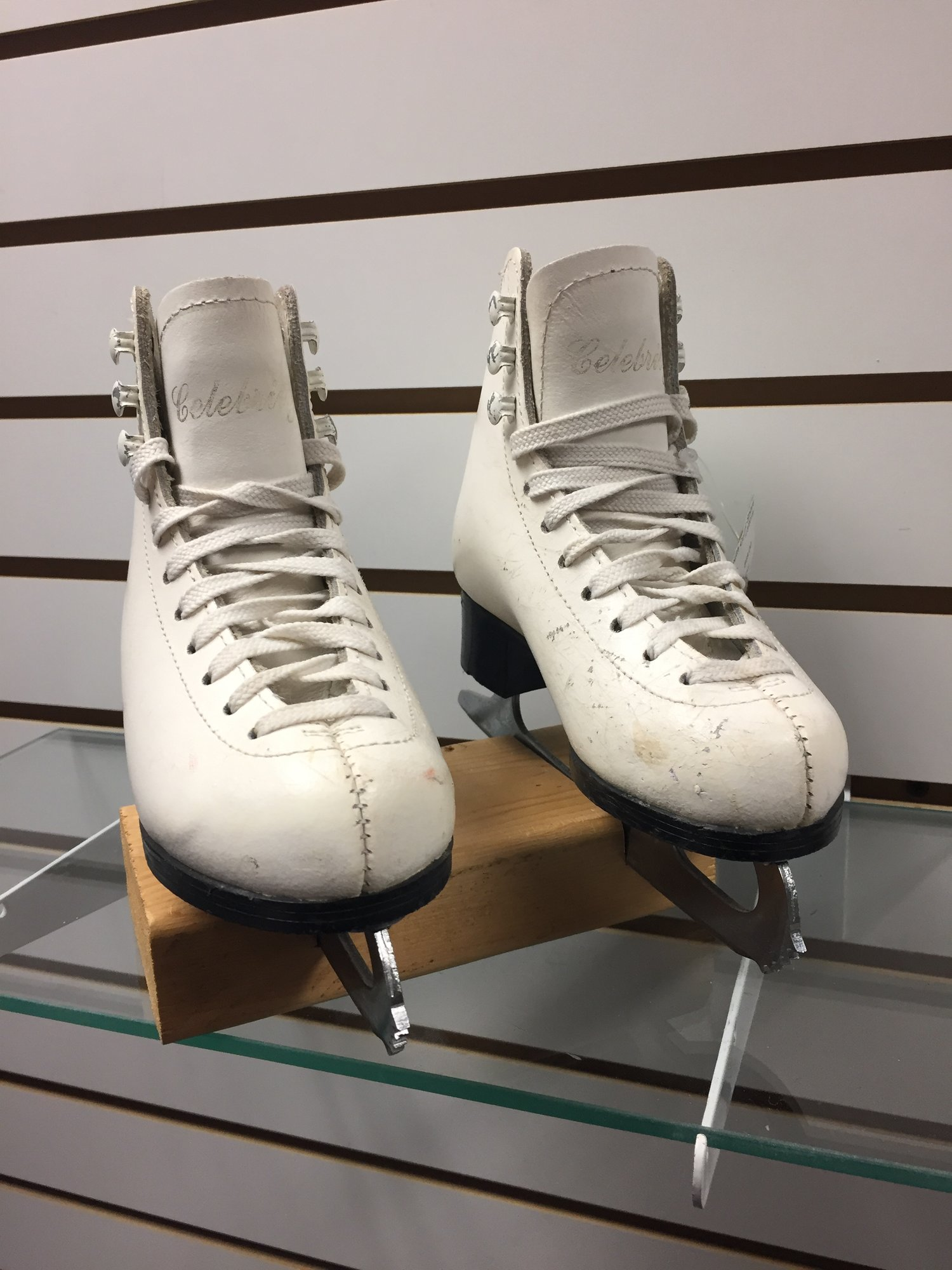 Celebrity Traditional figure skates, MK blades, White, Size: Y9