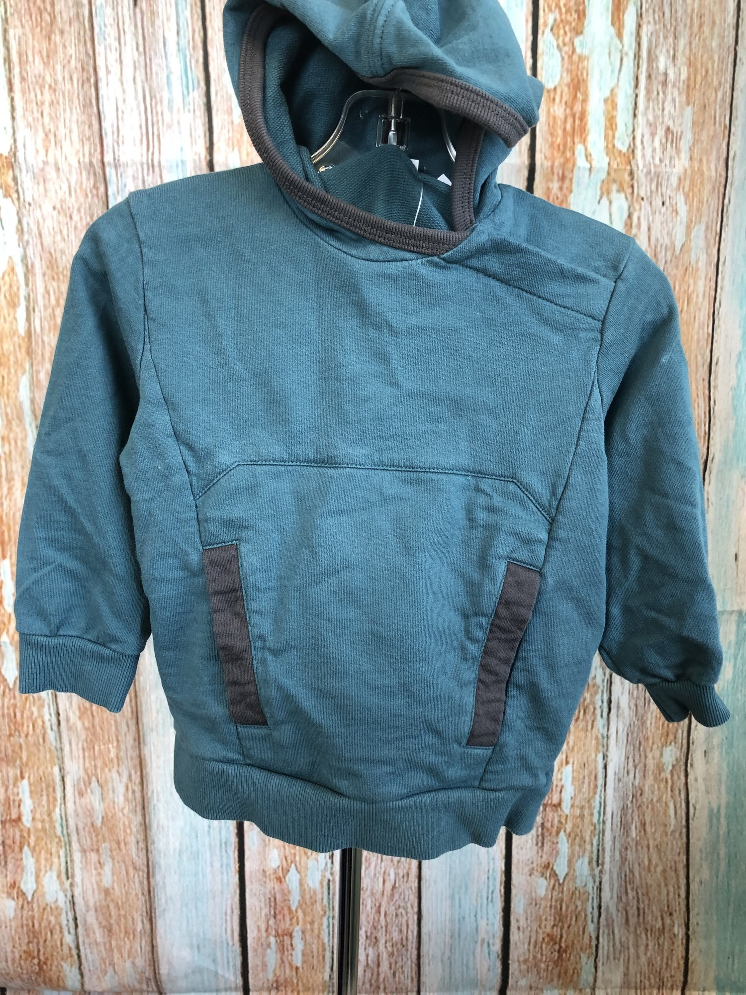 Mexx sweatshirt wtih a long front pocket, hood and two snaps on the shoulder. The dark teal with grey accents makes this sweatshirt unique.
