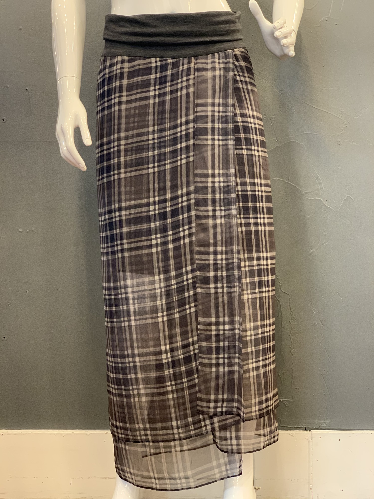Brunello Cucinelli Plaid, Greys, Size: 4<br /> <br /> 100% Silk<br /> waist: 100% Cotton