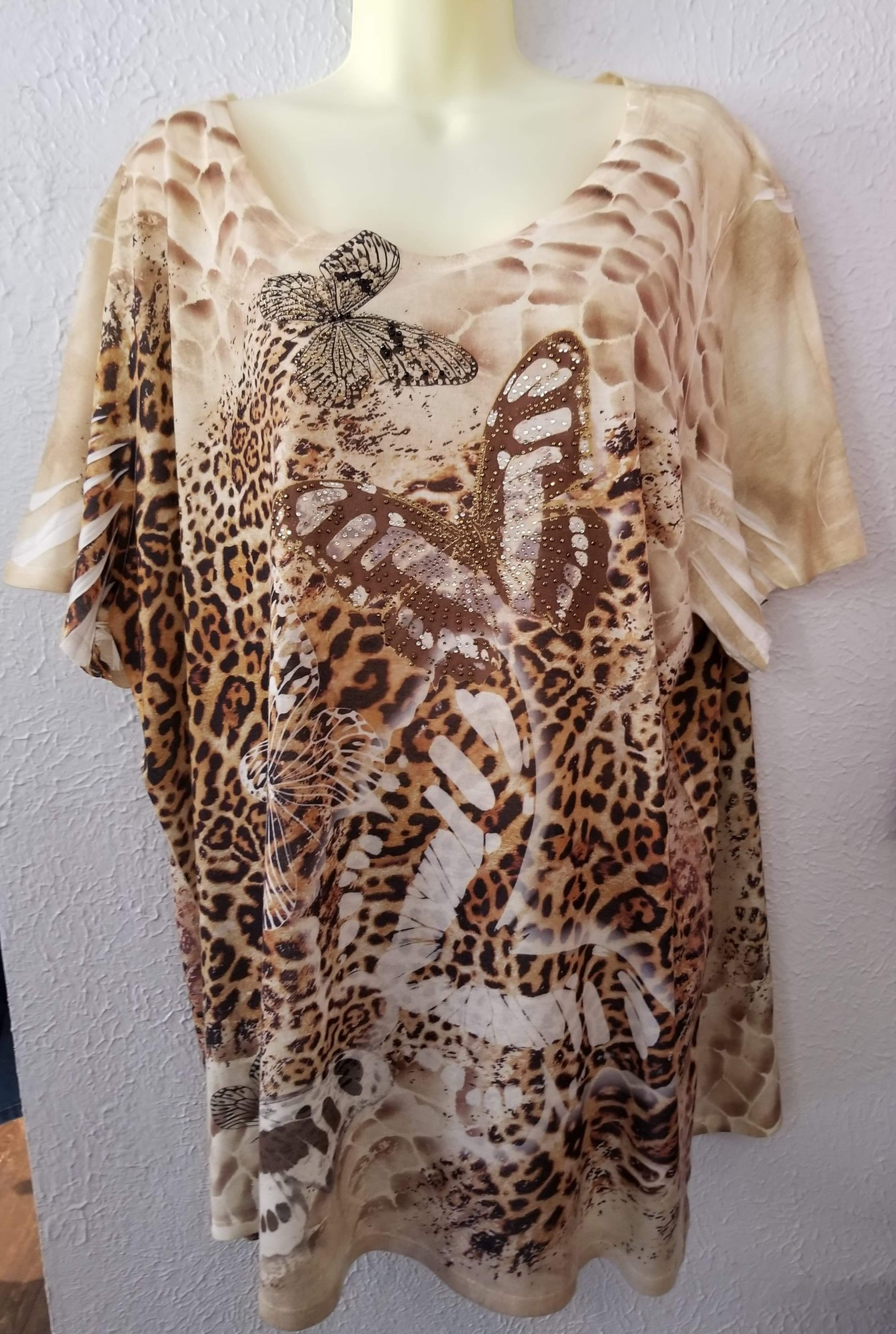 Super sweet top! animal print with a touch of sparkle with butterflies on the front that are embellished with shine!